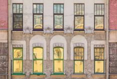 Windows na fileira na fachada da construção histórica Foto de Stock Royalty Free