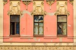 Windows na fileira na fachada da construção histórica Fotos de Stock