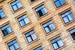 Windows na foto muito velha da construção St Petersburg Imagem de Stock
