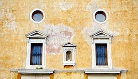 Windows na gnicie ściany budynku obrazy stock