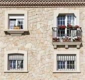 Windows na kamiennej ścianie Zdjęcia Royalty Free