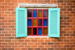 Windows na parede de tijolos Fotos de Stock Royalty Free