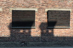 Windows na parede do bloco da casa no campo de concentração Auschwitz, Polônia imagens de stock royalty free