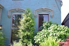 Windows na residência do tijolo do vintage imagem de stock royalty free