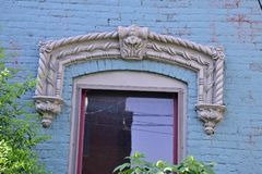 Windows na residência do tijolo do vintage foto de stock