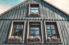 Windows na starym drewnianym domu obraz royalty free