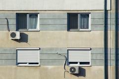 Windows na textura da parede da construção imagem de stock royalty free