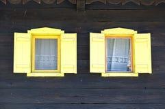 Windows na typowym drewnianym domu w wiosce Krapje, Chorwacja zdjęcia royalty free