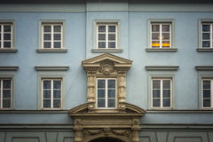 Windows nel vecchio edificio residenziale blu a Varsavia, Polonia immagine stock