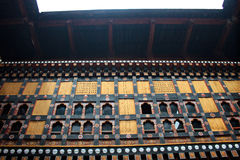 Windows no pátio de um castelo imagens de stock