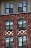 Windows no tijolo e no estuque Imagens de Stock