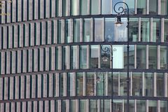 Windows nowożytny dom szklany drapacz chmur w mieście, modny budynek biurowy z sufitem Windows jaskrawi pokoje obraz royalty free