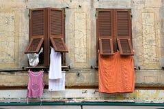 Windows, obturadores y lavadero en Italia Fotografía de archivo libre de regalías