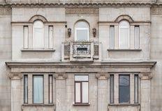 Windows och balkong på fasad av hyreshus Arkivbild