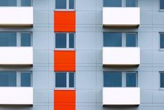 Windows och balkonger av ny bostads- byggnad Arkivbild