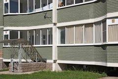 Windows och balkonger av nybyggen Royaltyfria Foton