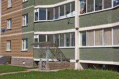 Windows och balkonger av nybyggen Arkivbilder
