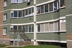 Windows och balkonger av nybyggen Royaltyfri Foto