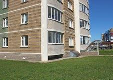 Windows och balkonger av nybyggen Royaltyfri Bild
