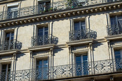 Windows och balkonger av traditionell Paris arkitektur Arkivbild