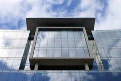 Windows och reflexioner, modern kontorsbyggnad. Arkivbild