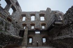 Windows och rum återstår av medeltida slott fördärvar i dåligt väder Arkivbild