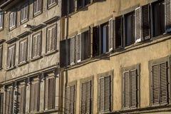 Windows och stänger med fönsterluckor Royaltyfri Foto