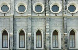 Windows och vägg av kyrkan Royaltyfri Fotografi
