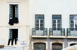 Windows osuszki ubrania miastowy Lisbon Portugalia Obrazy Stock