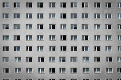 Windows på byggnadsfasaden - flerfamiljshus Royaltyfria Foton