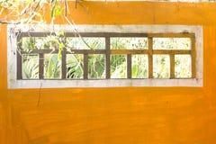 Windows på den orange väggen Arkivfoton