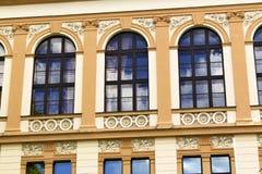 Windows på en gammal barock byggnad Arkivbild