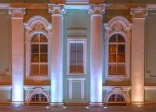 Windows på nattfasad av det statliga eremitboningmuseet royaltyfri foto