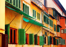 Windows på Ponte Vecchio, Florence, Italien royaltyfria bilder