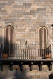 Windows på tegelstenväggen Royaltyfri Foto