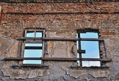 Windows in parete di sbriciolatura Fotografia Stock Libera da Diritti