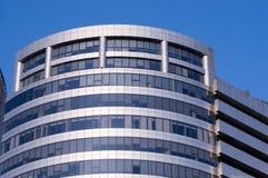 Windows pelo edifício moderno Imagem de Stock