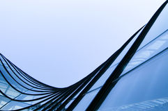 Windows pelo edifício moderno Imagens de Stock Royalty Free