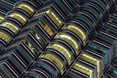 Windows Petronas bliźniacze wieże przy nocą Obrazy Royalty Free