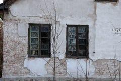 Windows quebrado à casa abandonada foto de stock