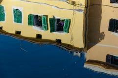 Windows reflexioner på havsvatten på Veli Losinj Royaltyfria Bilder