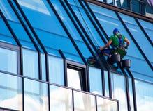 Windows rengöringsmedel på arbete Royaltyfria Bilder