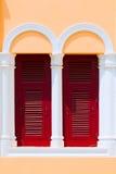 Windows rosso di legno d'annata e vecchi otturatori Fotografia Stock Libera da Diritti