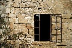 Windows rotto e parete di pietra Fotografie Stock Libere da Diritti