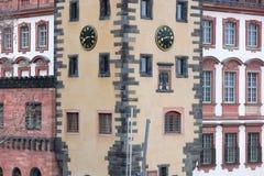 Windows sobre em casas europeias históricas do estilo imagem de stock