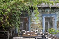 Windows stary drewniany malujący depresja dom obraz stock