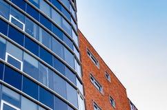 Windows su un grande edificio per uffici Fotografie Stock Libere da Diritti