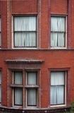 Windows su un muro di mattoni Fotografia Stock