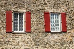 Windows su un muro di mattoni Immagini Stock Libere da Diritti