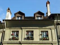 Windows sul pavimento di un edificio residenziale privato nel centro urbano di Berna fotografia stock libera da diritti